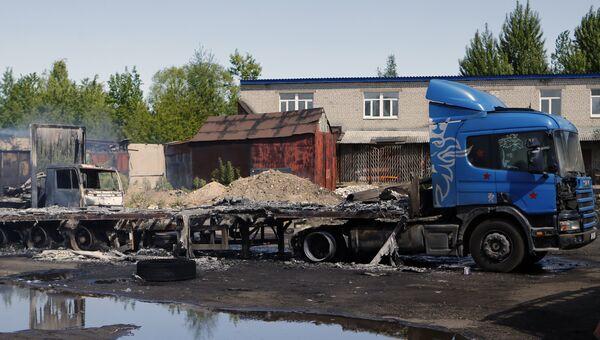 Обгоревший грузовой автомобиль, пострадавший в результате пожара на складе с горюче-смазочными материалами в Ярославле. 9 июня 2017