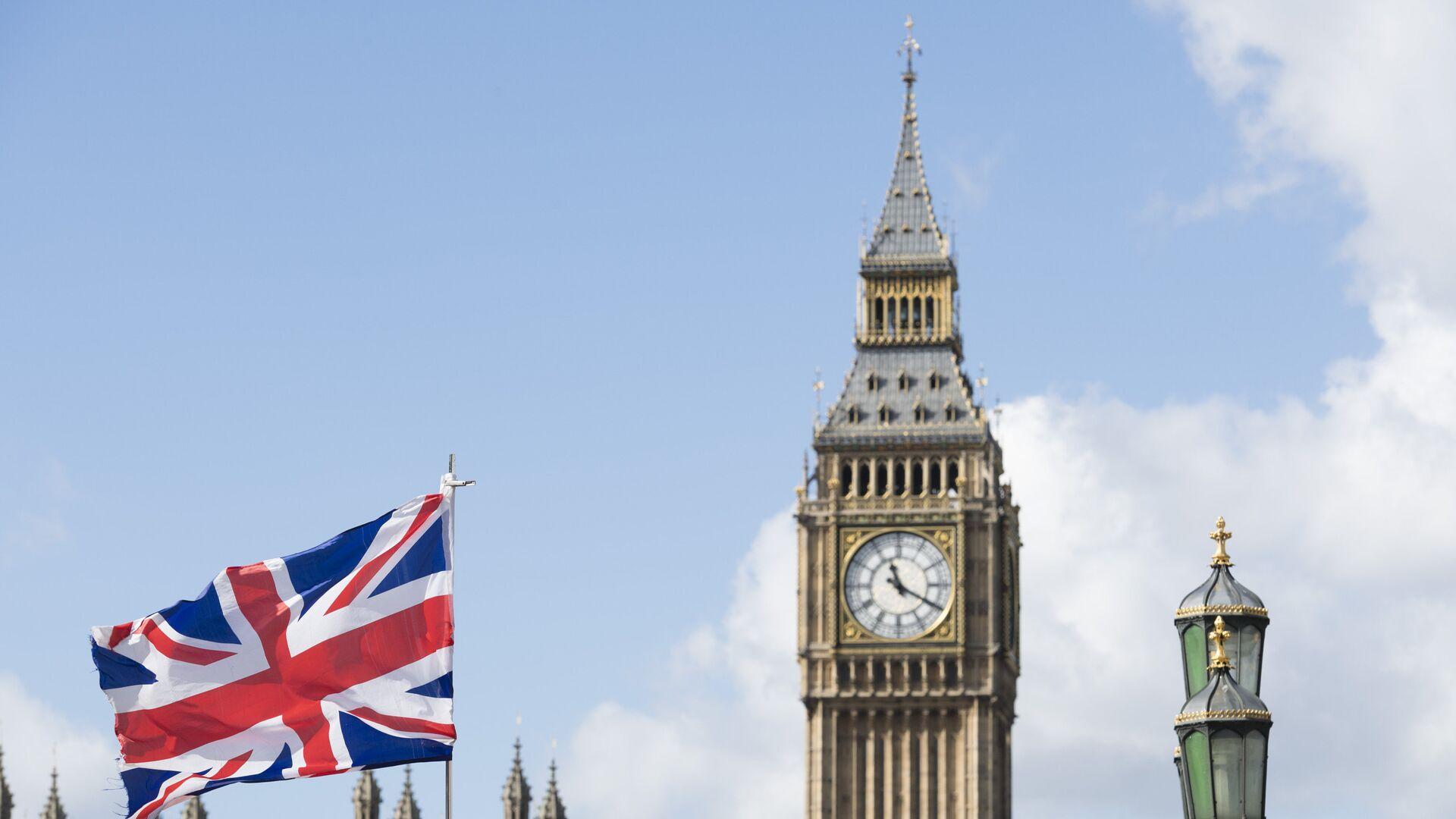Флаг Великобритании на фоне Вестминстерского дворца в Лондоне - РИА Новости, 1920, 15.01.2021
