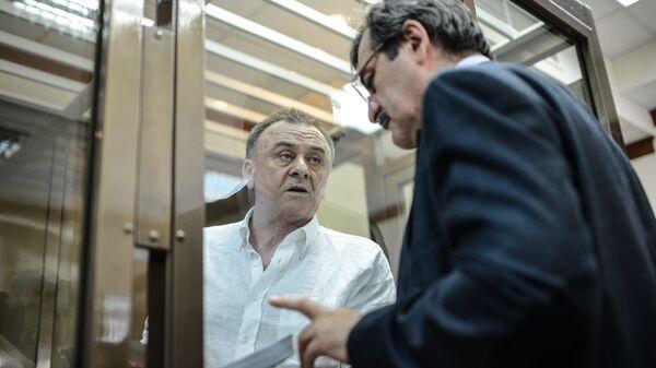 Один из обвиняемых в убийстве обозревателя Новой газеты Анны Политковской Лом-Али Гайтукаев (слева)
