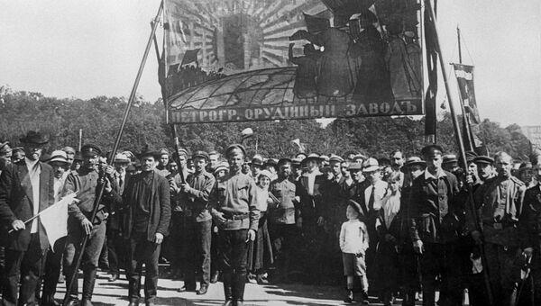 Рабочие Петроградского орудийного завода на июльской демонстрации с требованием свержения Временного правительства и передачи власти Советам. 1917 год