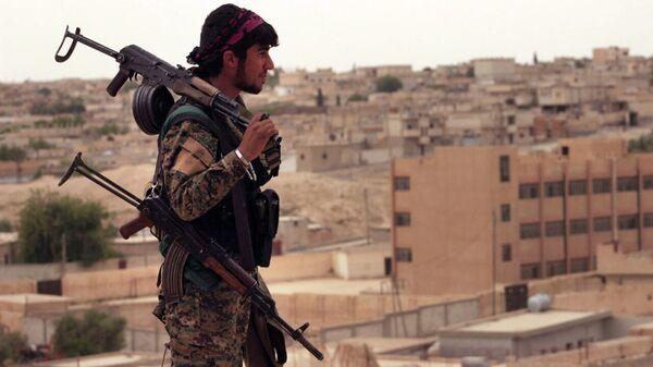 Член Сирийских демократических сил, состоящих из альянса курдских и арабских бойцов