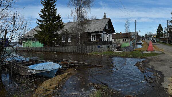 Жилые дома, затопленные в результате паводка, в селе Усть-Цильма в республике Коми