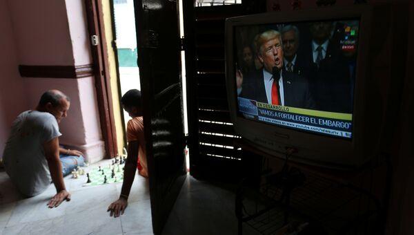 Трансляция выступления президента США Дональда Трампа о политике в отношении Кубы в одном из домов в Гаване. 16 июня 2017