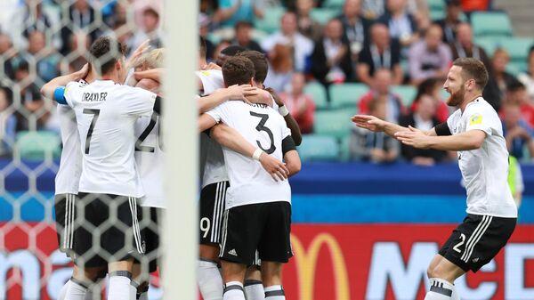 Игроки сборной Германии радуются забитому мячу во время матча Кубка конфедераций-2017 по футболу между сборными Австралии и Германии