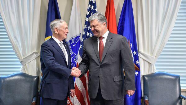 Президент Украины Петр Порошенко и министр обороны США Джеймс Мэттис во время встречи в Вашингтоне. Архивное фото