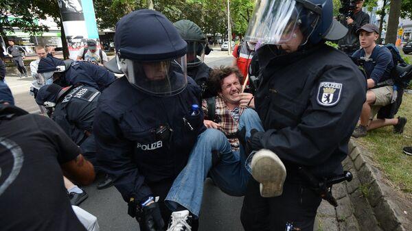 Полиция задерживает участников акции против мигрантов в Берлине