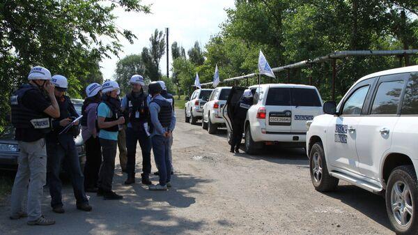 Представители миссии ОБСЕ во время посещения с инспекцией прифронтового населенного пункта Саханка, расположенного в самопровозглашенной ДНР. Архивное фото