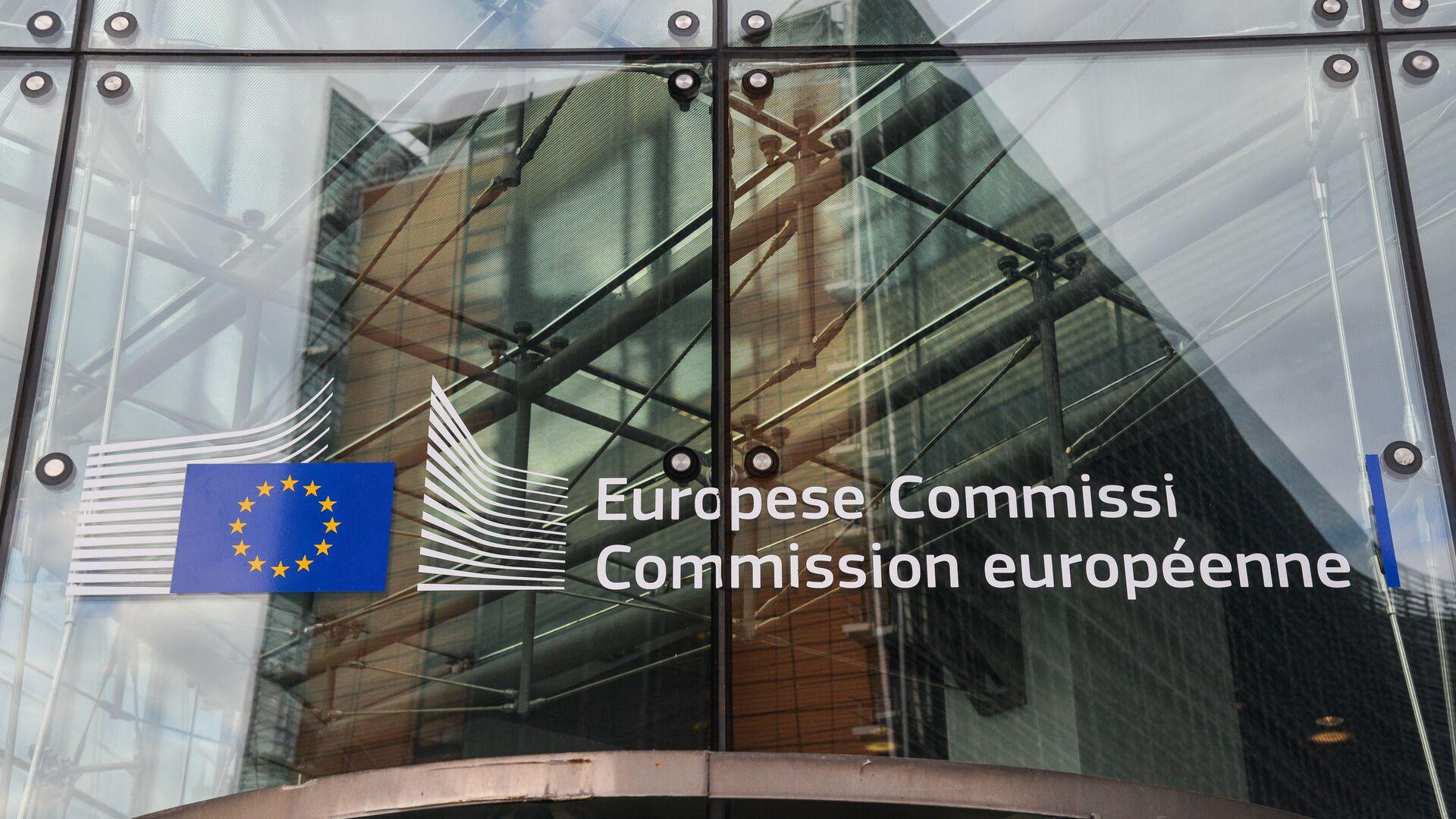 Логотип Евросоюза на здании штаб-квартиры Европейской комиссии в Брюсселе - РИА Новости, 1920, 22.09.2021