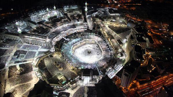 Мусульмане молятся в Каабе, самой почитаемой святыне ислама, в Великой мечети в святом городе Мекка в Саудовской Аравии. 23 июня 2017