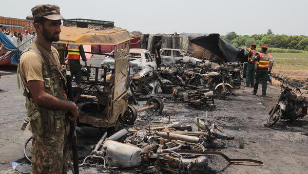 Военные на месте взрыва бензовоза в Пакистане. 25 июня 2017