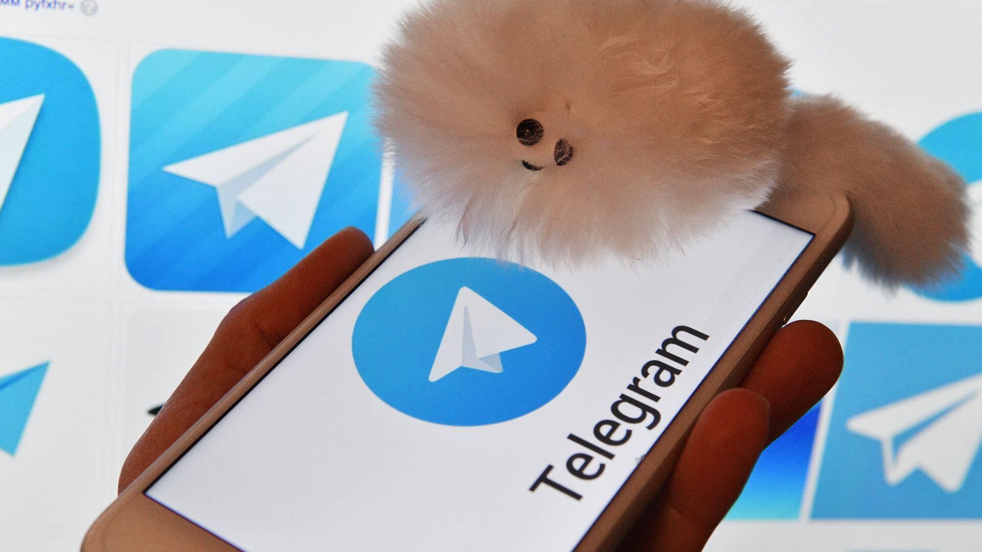 Логотип мессенджера Telegram на экранах смартфона и компьютера - РИА Новости, 1920, 25.06.2021