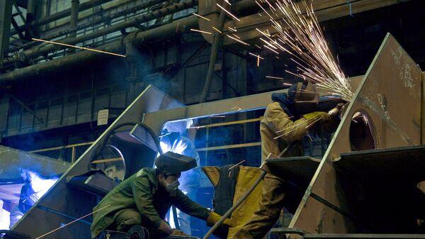 Рабочие в одном из цехов производственного объединения Северное машиностроительное предприятие в Северодвинске