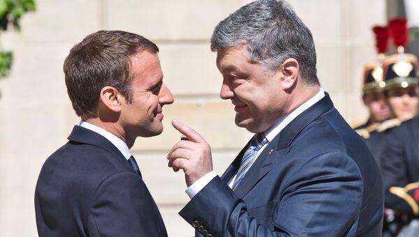Президент Франции Эммануэль Макрон и президент Украины Петр Порошенко во время встречи в Париже