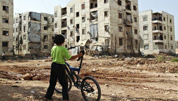 ети из семей беженцев в Алеппо близ зоны боевых действий. Сирия, 26.08.2016
