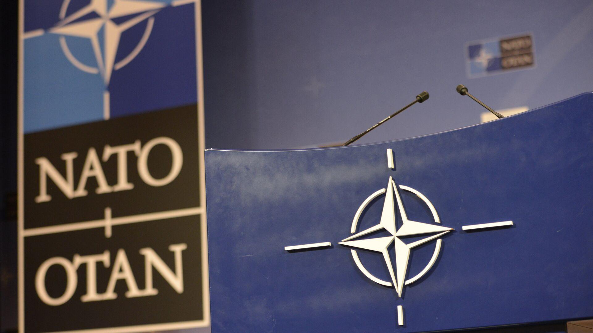 Трибуна в зале для пресс-конференций штаб-квартиры НАТО - РИА Новости, 1920, 26.09.2021