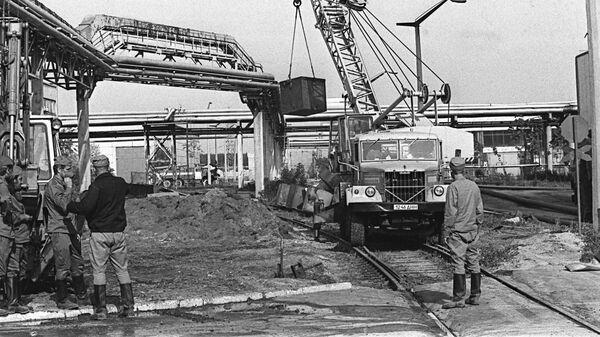 Работа на территории Чернобыльской атомной электростанции после аварии. 26 апреля 1986