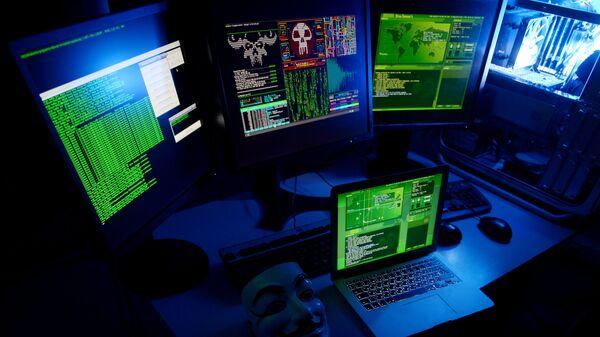 Компьютеры в темной комнате