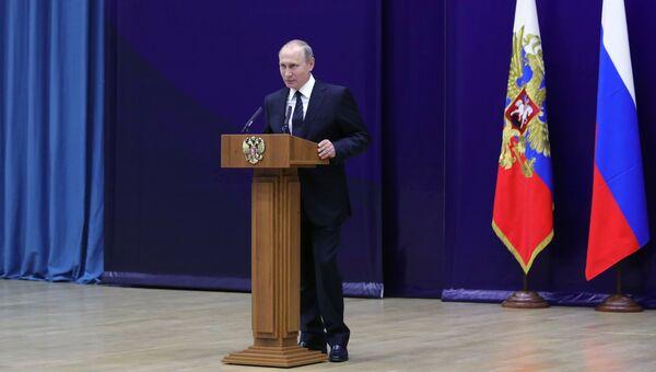 Президент РФ Владимир Путин выступает на торжественном мероприятии по случаю 95-летия российской нелегальной разведки в штаб-квартире Службы внешней разведки РФ. 28 июня 2017