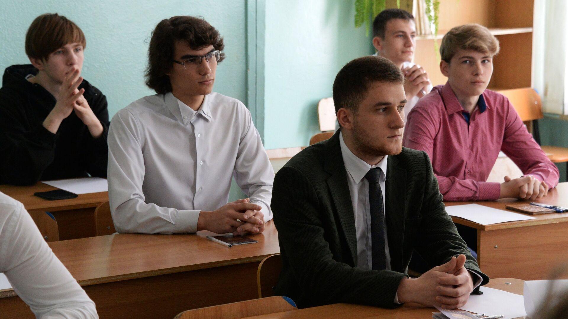 Ученики 11-х классов перед началом единого государственного экзамена по информатике и географии во Владивостоке - РИА Новости, 1920, 30.09.2021