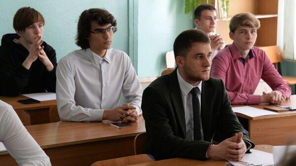Ученики 11-х классов перед началом единого государственного экзамена по информатике и географии во Владивостоке