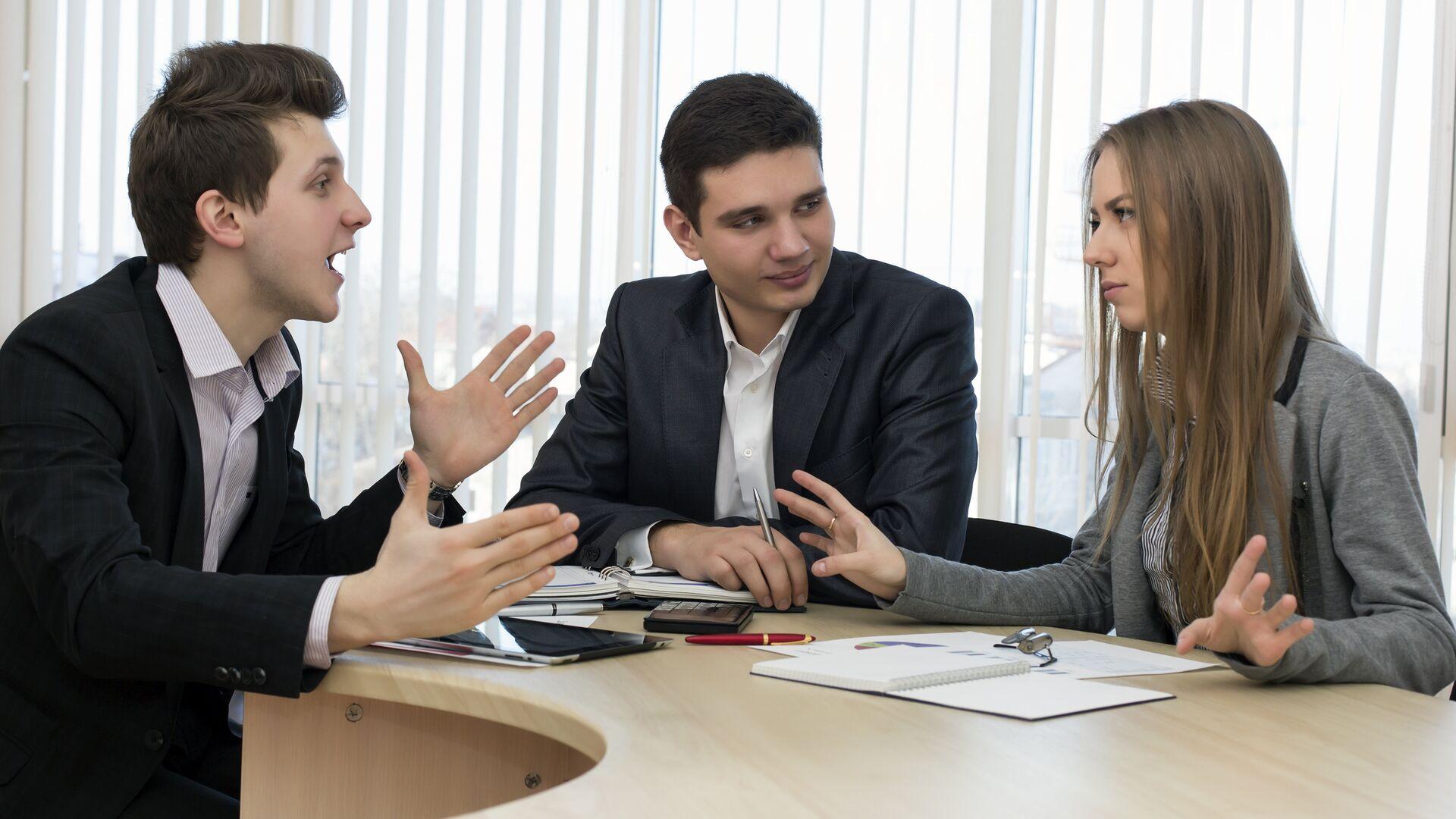 Рабочее обсуждение в офисе0