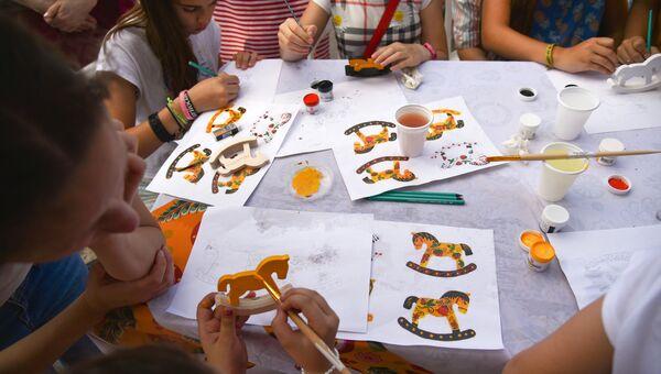 Дети на мастер-классе по рисованию в парке. Архивное фото