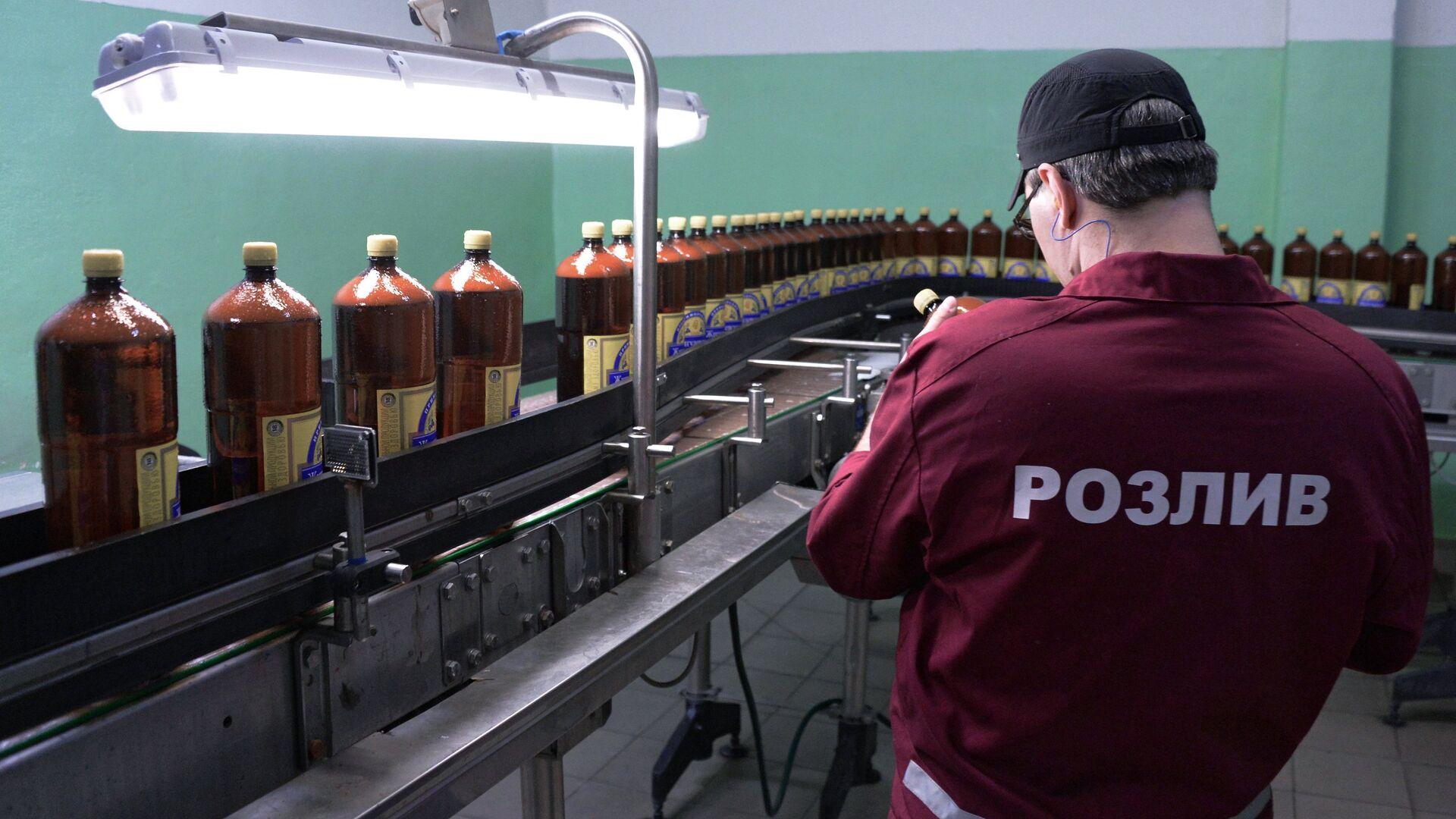Сотрудники у линии розлива пива в полиэтиленовые бутылки в цехе розлива пива  - РИА Новости, 1920, 09.08.2021