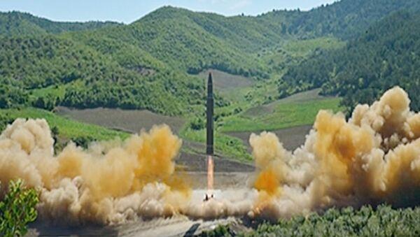 Запуск северокорейской баллистической ракеты Хвасон-14