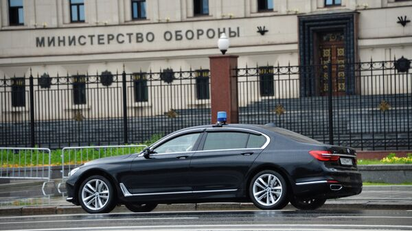 Автомобиль у здания министерства обороны России на Фрунзенской набережной в Москве