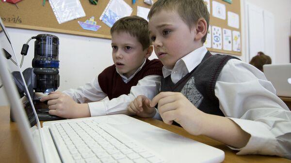 Ученики средней школы изучают предмет с помощью электронного учебника