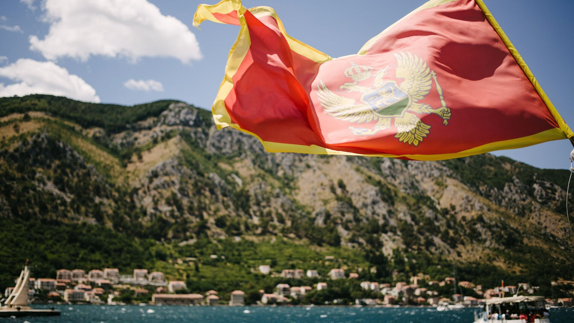 Флаг Черногории на фоне города Котор - РИА Новости, 1920, 01.09.2020