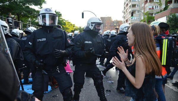 Сотрудники правоохранительных органов во время акции протеста в преддверии саммита G20 в Гамбурге