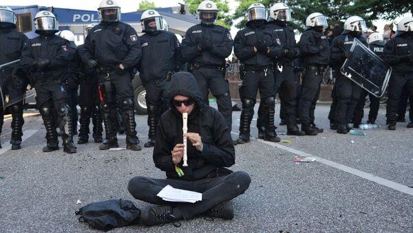 Участник акции протеста в преддверии саммита G20 в Гамбурге