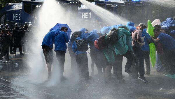 Полиция водометом разгоняет участников акции протеста против саммита G20 в Гамбурге