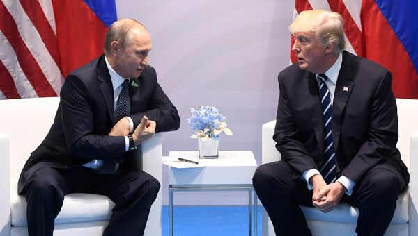 Президент России Владимир Путин и президент США Дональд Трамп во время встречи на саммите G20 в Гамбурге. 7 июля 2017
