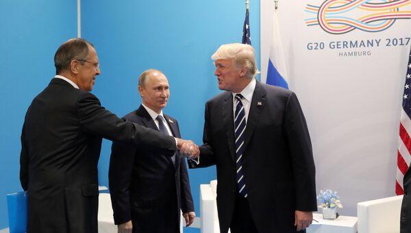 Президент РФ Владимир Путин,  министр иностранных дел РФ Сергей Ларов и президент США Дональд Трамп во время беседы на полях саммита лидеров Группы двадцати G20 в Гамбурге. 7 июля 2017