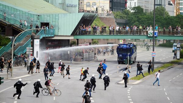 Разгон участников акции протеста во время проведения саммита G20 в Гамбурге. 7 июля 2017
