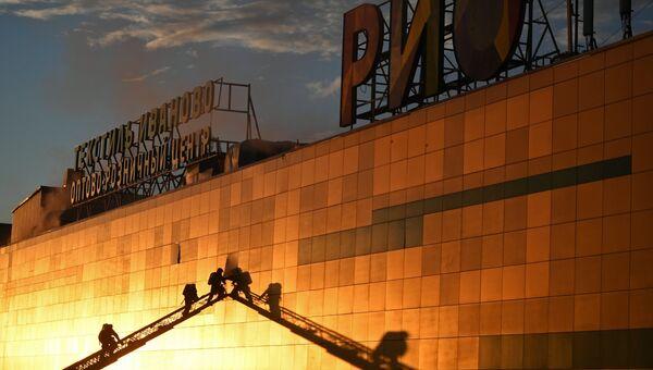 Сотрудники противопожарной службы во время тушения пожара в здании ТЦ РИО на Дмитровском шоссе в Москве