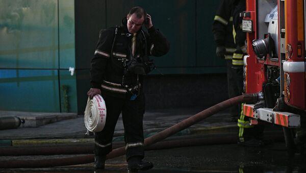 Сотрудник противопожарной службы во время тушения пожара в здании торгового центра РИО на Дмитровском шоссе в Москве