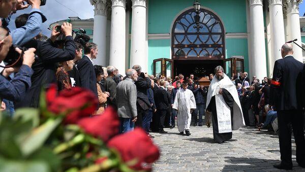 Гроб с телом художника Ильи Глазунова выносят из Елоховского собора после отпевания