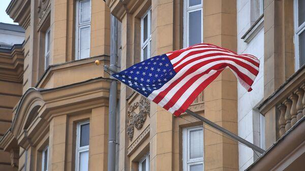 Государственный флаг США на фасаде здания посольства США в Москве