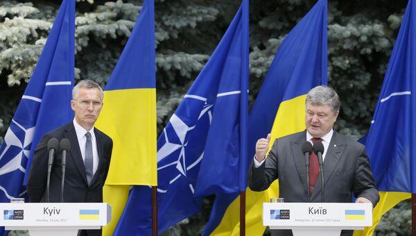 Генсек НАТО Йенс Столтенберг и президент Украины Петр Порошенко во время совместной пресс-конференции в Киеве. 10 июля 2017