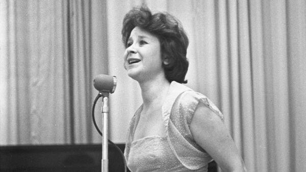 Советская певица Тамара Григорьевна Миансарова выступает на концерте. Архивное фото