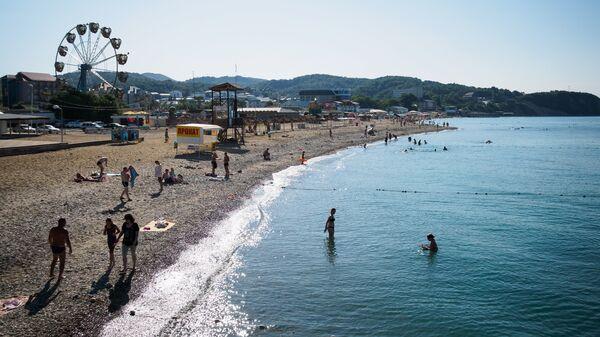Отдыхающие на пляже в поселке Лермонтово Краснодарского края