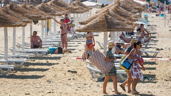 Отдыхающие на пляже в поселке Лермонтово