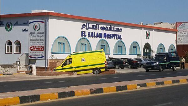 Машина скорой помощи и полиции рядом с больницей Эль-Салам после того, как египетский мужчина убил двух немецких туристов и ранил еще четырех человек на пляже гостиницы Захабия в Хургаде, Египет. 14 июля 2017 года