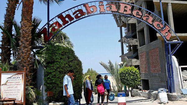 Вход на пляж курорта Захабия в Хургаде, Египет. 15 июля 2017