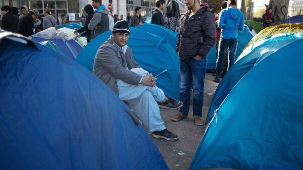 Мужчины в лагере беженцев во Франции. Архивное фото