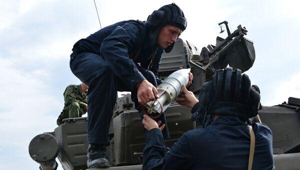 Танки Т-90 поддерживают учебную атаку разведчиков на полигоне Тарское на Северном Кавказе