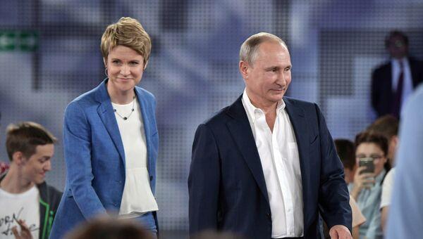 Владимир Путин и руководитель образовательного центра Сириус Елена Шмелева перед началом Недетского разговора с Владимиром Путиным. 21 июля 2017